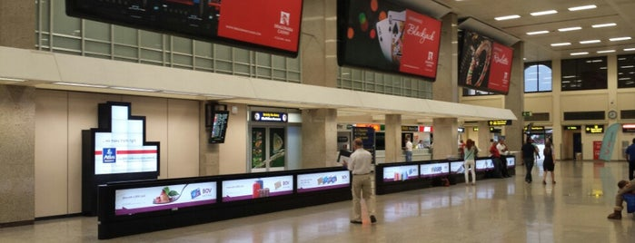 Aeroporto Internacional de Malta (MLA) is one of Locais curtidos por Margarita.