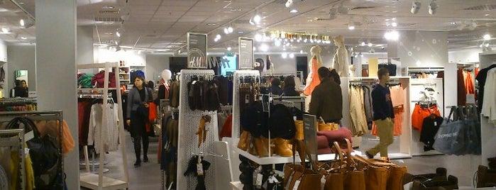 H&M is one of สถานที่ที่ Deniss ถูกใจ.