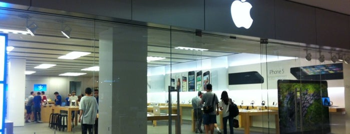 Apple Beverly Center is one of Orte, die J. gefallen.