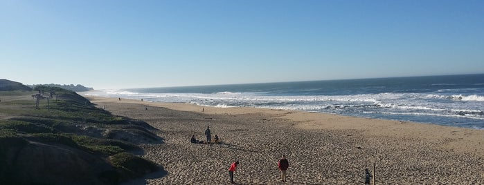 Half Moon Bay State Beach is one of Lugares favoritos de Jennifer.