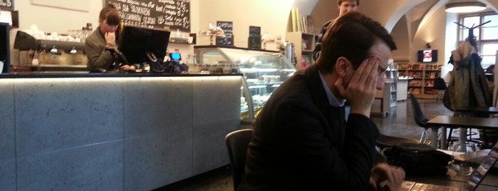 De Revolutionibus. Books & Cafe is one of Posti che sono piaciuti a Milagros.