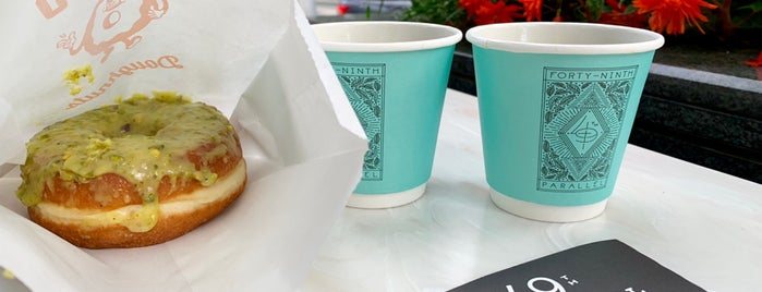 49th Parallel & Lucky's Doughnuts is one of Lugares favoritos de Sarp.