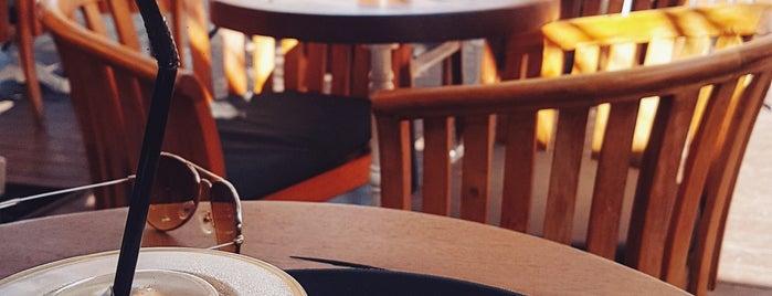 Caffè Nero is one of Tempat yang Disukai Hanna.