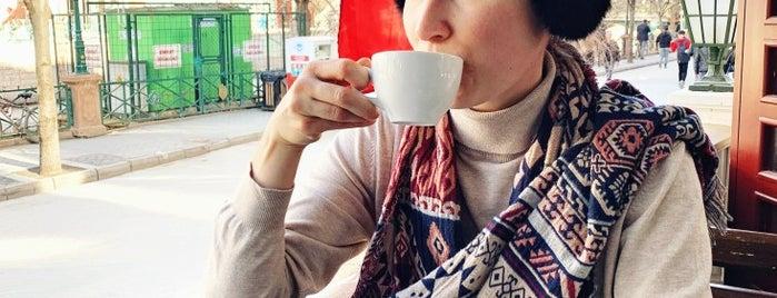 Travelers' Cafe is one of Tempat yang Disukai Hanna.
