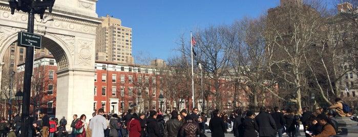 Washington Square Park is one of Tempat yang Disukai Aline.