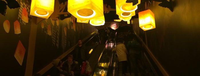 Disney store is one of Tempat yang Disukai Aline.