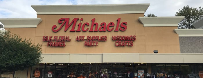 Michaels is one of Lugares favoritos de Colleen.
