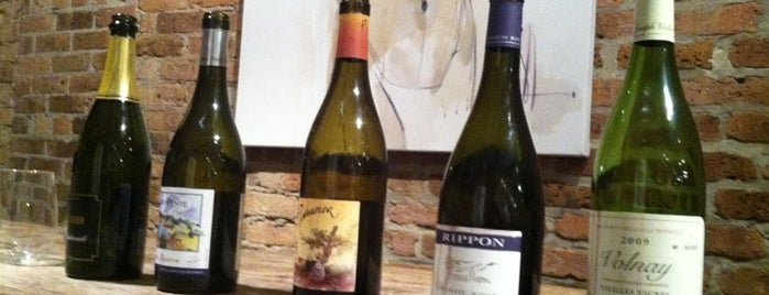 Red & White Wines is one of Locais curtidos por Bill.