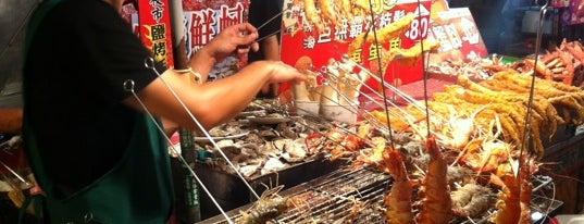 Liouhe Night Market is one of Lugares favoritos de モリチャン.