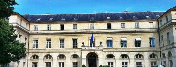 Ministère de l'Enseignement supérieur et de la Recherche is one of Paris.