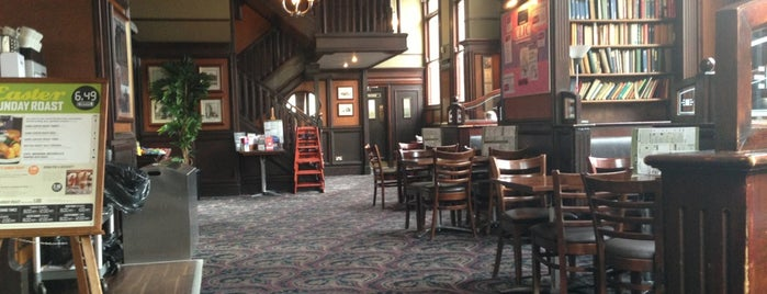 The College Arms (Wetherspoon) is one of Lugares favoritos de Carl.