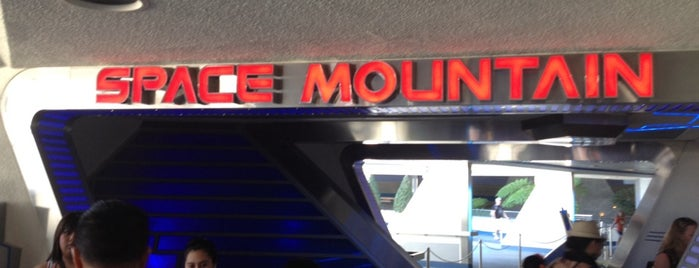 Space Mountain is one of Traveliveryさんのお気に入りスポット.