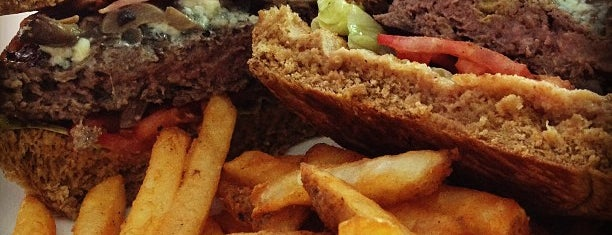Blu Burger Grille is one of Locais curtidos por Samaher.