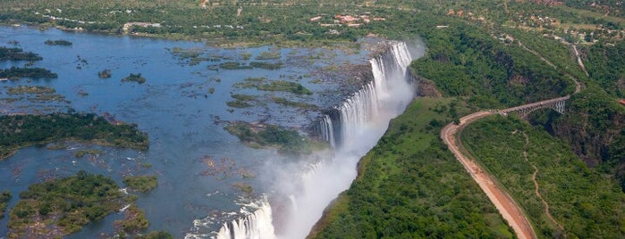 Victoria Falls is one of Lugares favoritos de Jean-François.