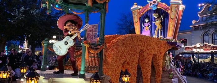 Magic Happens Parade is one of Lugares favoritos de Mark.