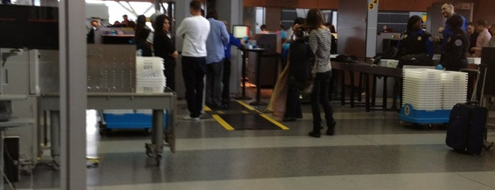 TSA Security Checkpoint is one of Lieux qui ont plu à Alberto J S.