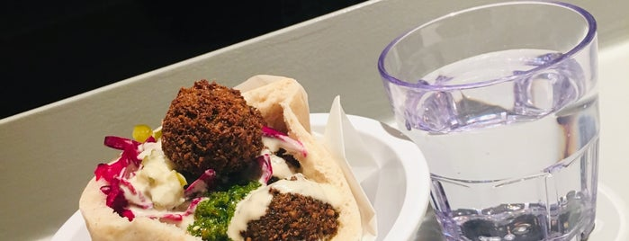 Falafel Yoni is one of Lugares favoritos de Ashleigh.