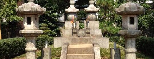 勝海舟夫妻の墓 is one of woodcliffさんの保存済みスポット.