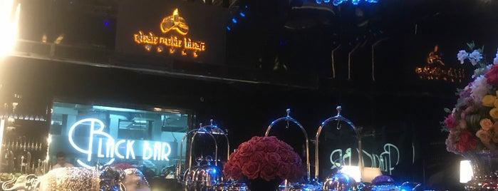 Shah Rukh Khan is one of Queen'in Kaydettiği Mekanlar.