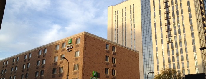 Holiday Inn Express & Suites Minneapolis-Dwtn (Conv Ctr) is one of Orte, die Micah gefallen.