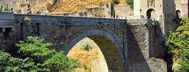 Puente de Alcántara is one of Queen'in Kaydettiği Mekanlar.