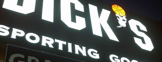 DICK'S Sporting Goods is one of Tempat yang Disukai IS.