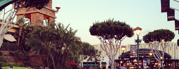 Downtown Disney District is one of Lieux sauvegardés par Lauren.