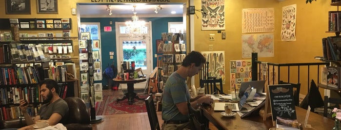 Old Fox Books & Coffeehouse is one of Lieux qui ont plu à Virginie.