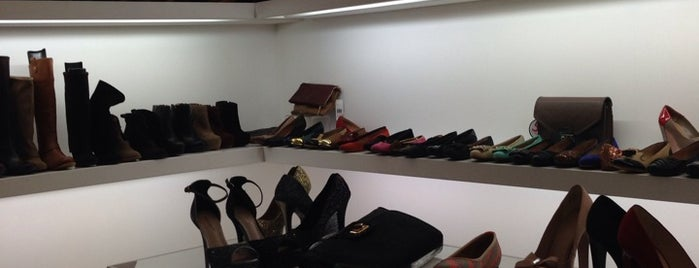 Nine West is one of Locais curtidos por Laura.
