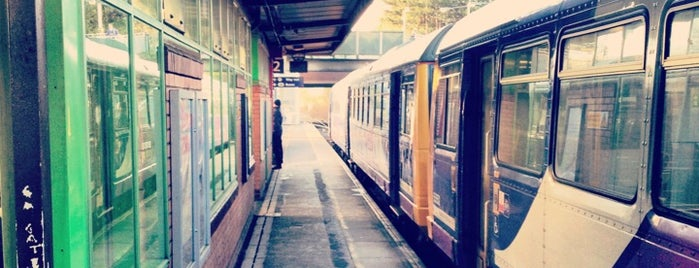 Salford Crescent Railway Station (SLD) is one of Kayla 님이 좋아한 장소.