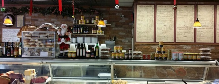 Cioffi's Deli & Pizza is one of Lizzie 님이 저장한 장소.