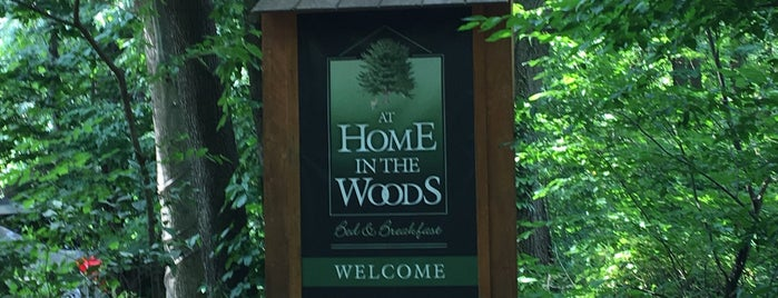 At Home in the Woods bed & breakfast is one of Lieux sauvegardés par Debbie.
