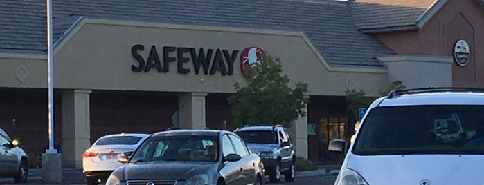 Safeway is one of christopherさんのお気に入りスポット.