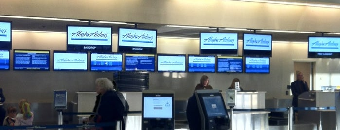 Alaska Airlines Ticket Counter is one of Locais curtidos por Dan.