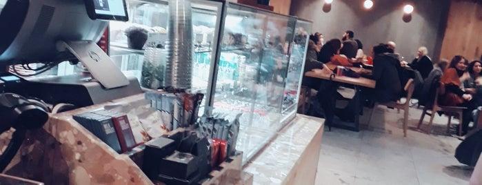 Starbucks is one of ahmetさんのお気に入りスポット.