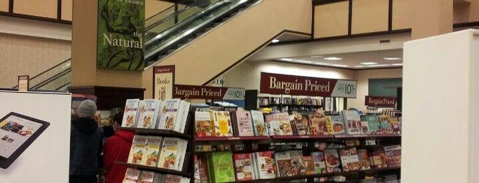 Barnes & Noble is one of Tempat yang Disimpan Lauren.