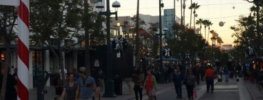 Third Street Promenade is one of Where to Find Free WiFi in LA.