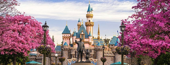 Disneyland Park is one of Lugares favoritos de Krista.