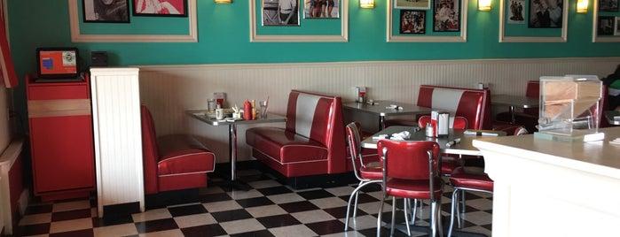 Buddy's Diner is one of Tempat yang Disukai Elena.