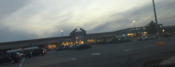 Beacon Hill Shopping Center is one of Lugares favoritos de Joseph.