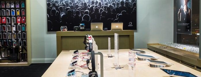 irequest.ro - Apple Concept Store   74.Cafe is one of Locais curtidos por Montréal.