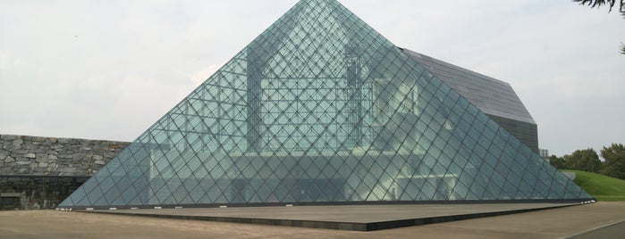 Glass Pyramid is one of 見物スポット.