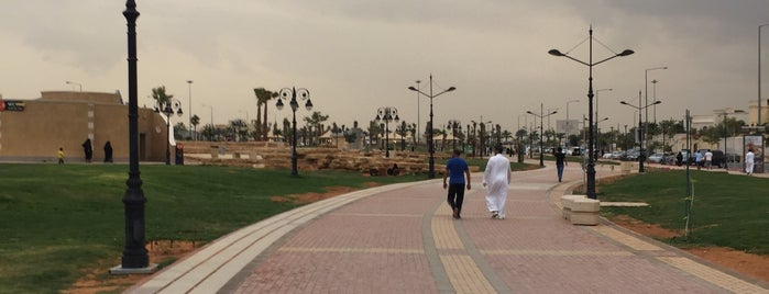 Al Hamra District Walk is one of Queen: сохраненные места.