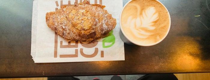 Le Café Coffee is one of Tempat yang Disukai Ishan.