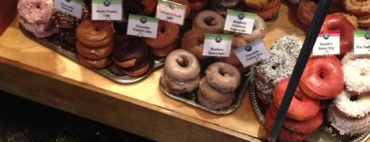 Top Pot Doughnuts is one of Gespeicherte Orte von mina.