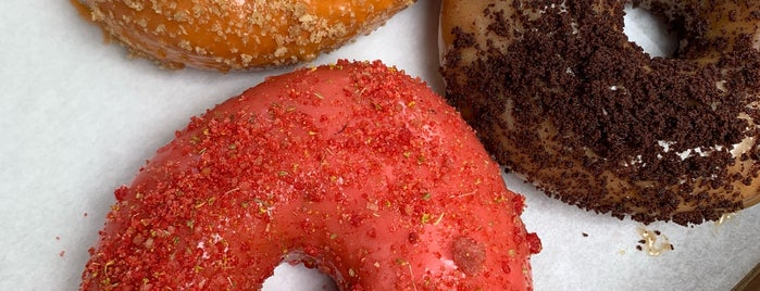 Du's Donuts And Coffee is one of Lieux qui ont plu à Cindy.