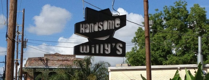 Handsome Willy's Bar and Lounge is one of Posti che sono piaciuti a M.