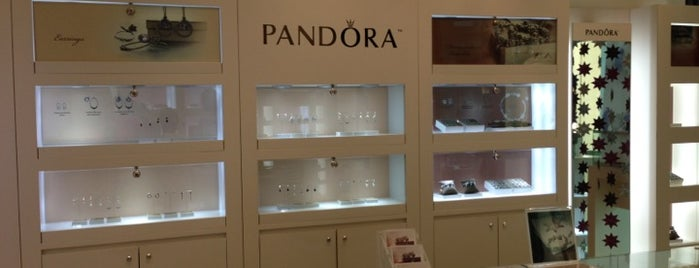 PANDORA Jewelry is one of Lugares guardados de Priscila.