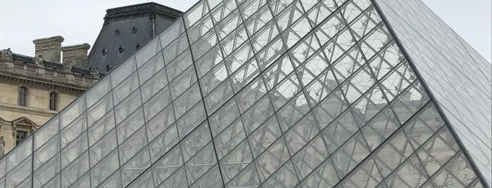 Louvre is one of Orte, die Karen gefallen.