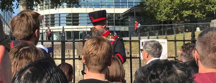 Yeoman Warder tours is one of Posti che sono piaciuti a Karen.